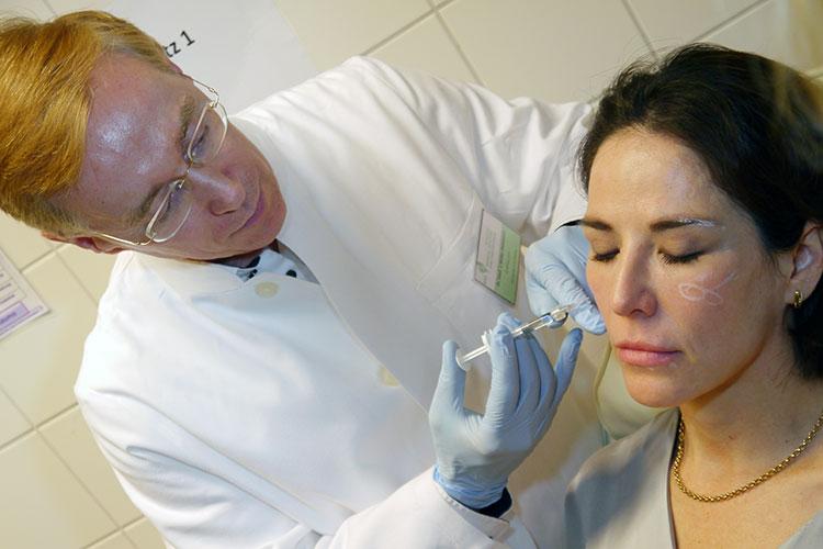 Botox-Injektionen in die Kaumuskulatur kann das Gesicht optisch verschlanken, da sich die Muskeln entspannen.