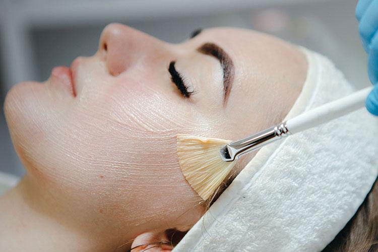 Mit einem Fruchtsäure-Peeling kann der Hautarzt die Oberflächenstruktur der Haut verbessern - dies lässt auch Pigmentflecken verblassen.