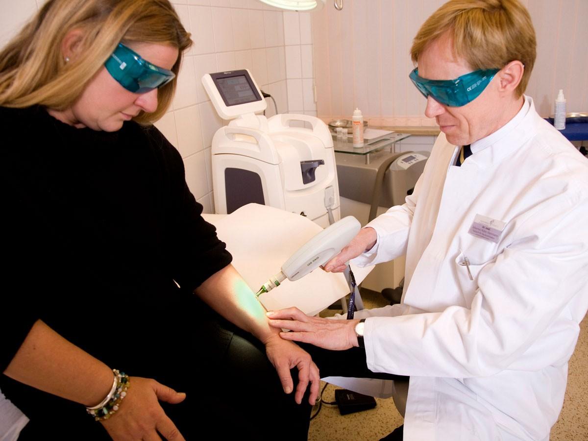 Mit der Laser-Behandlung lassen sich Pigmentflecken wie z. B. Altersflecken sehr effektiv entfernen.
