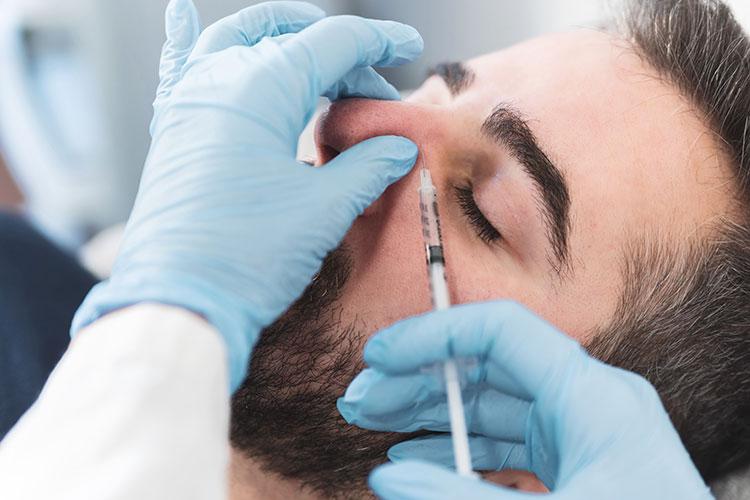 Kleine Makel wie Höcker kann der Hautarzt mit Hyaluron ausgleichen - ganz ohne Operation.